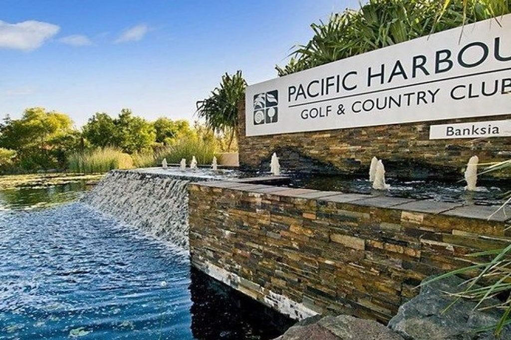 pac harbour golf sign